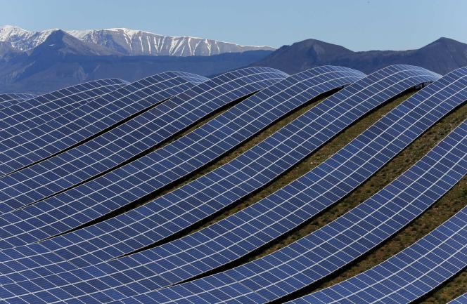 Le plus grand parc photovoltaïque de France, sur le plateau des Mées (Alpes de Haute-Provence), en mars 2015.
