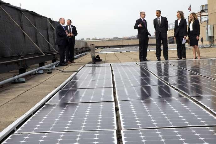 Barack Obama, devant les panneaux solaires sur le toit du département de l'énergie, à Washington, le 19mars.