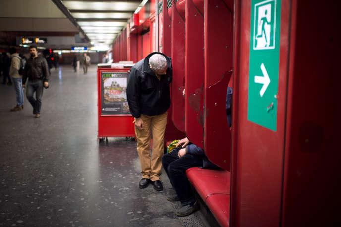 Un travailleur social de la RATP dans la station RER de Nation, en mars 2013.