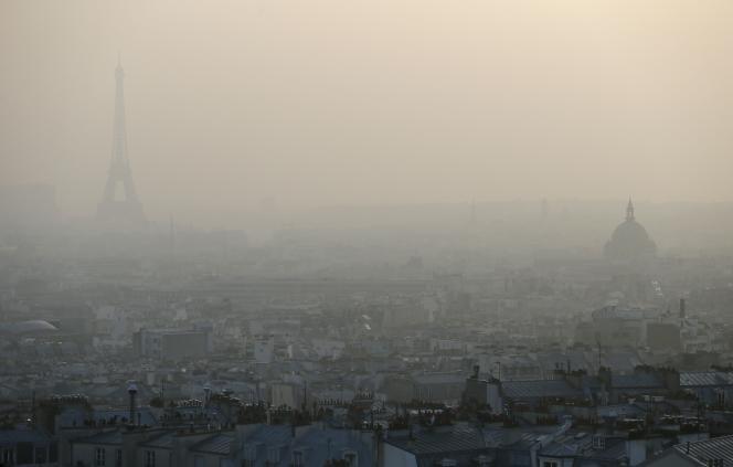 Paris enveloppé d'un brouillard de pollution, en mars 2015.