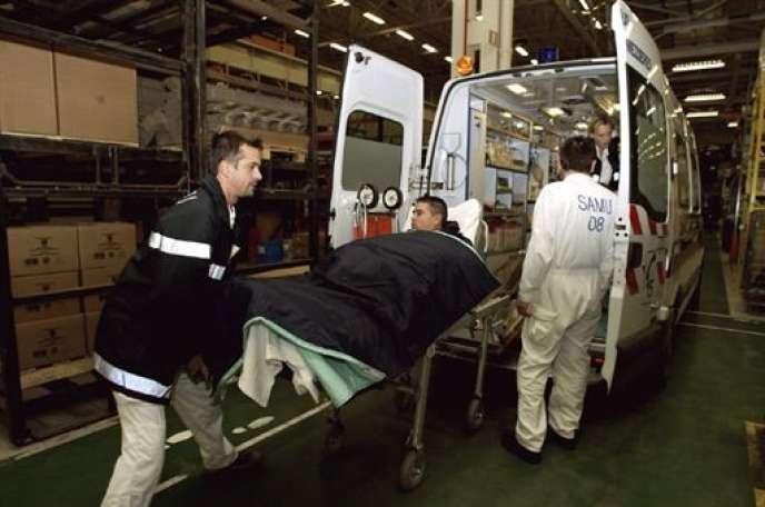 Morts au travail:  selon diverses sources, ce chiffre atteindrait 600 000 en Chine, 70 000 aux Etats-Unis, 20 000 au Japon (Photo: le SAMU transporte un homme victime d'un accident du travail à Charleville-Mézières (2004).