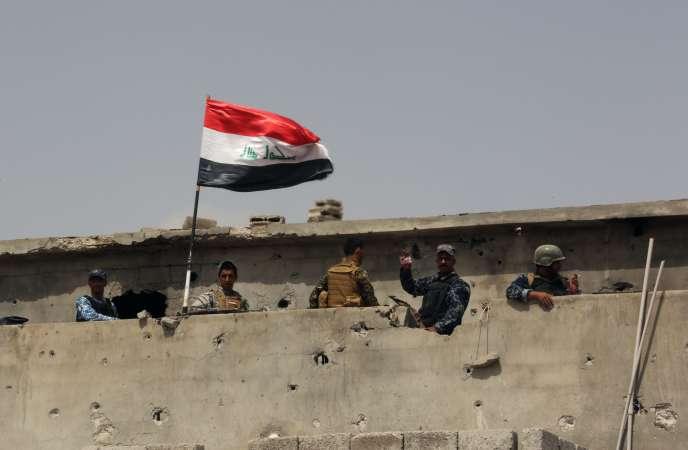 Des membres des forces de sécurité irakiennes dans Tikrit, le 30 mars.