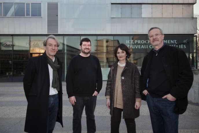 A Montreuil, devant le futur cinéma Le Méliès, Stéphane Goudet, son directeur artistique (deuxième en partant de la gauche), encadré par Gérard Woehl, directeur administratif, Alexie Lorca, adjointe à la culture, et Bernard Ropa, architecte.
