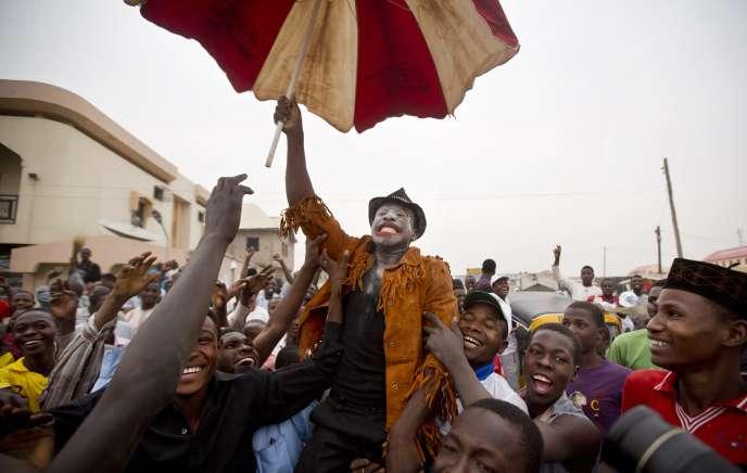 Des partisans du candidat à la présidentielle Muhammadu Buhari anticipent sa victoire à Kano, au Nigeria, le 31 mars.