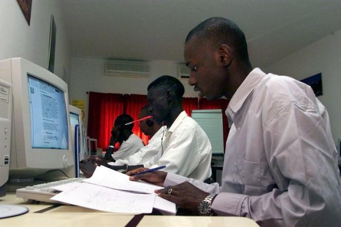 Des Sénégalais travaillent dans une salle du campus numérique francophone de Dakar, en 2003.