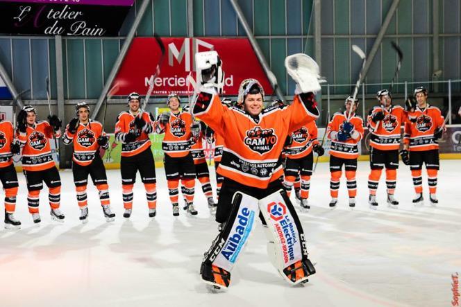 L'équipe de hockey sur glace d'Epinal et son gardien.