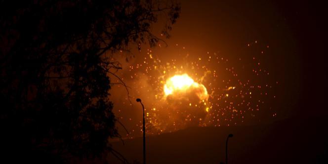 Explosion d'un dépôt de missiles, à Sanaa, dans la nuit du 30 mars.