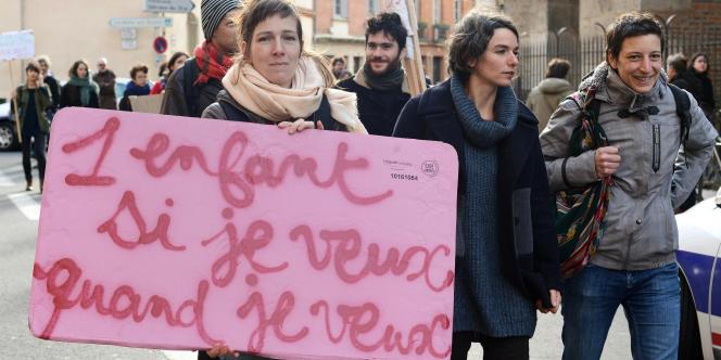 Une manifestation de défenseurs du droit à l'avortement devant le consulat d'Espagne, à Toulouse, le 20 décembre 2013.