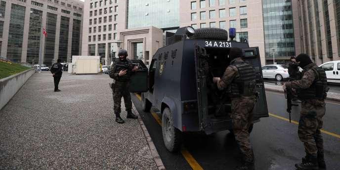 Les forces spéciales de sécurité turques à proximité du tribunal d'Istanbul où un procureur est retenu en otage.
