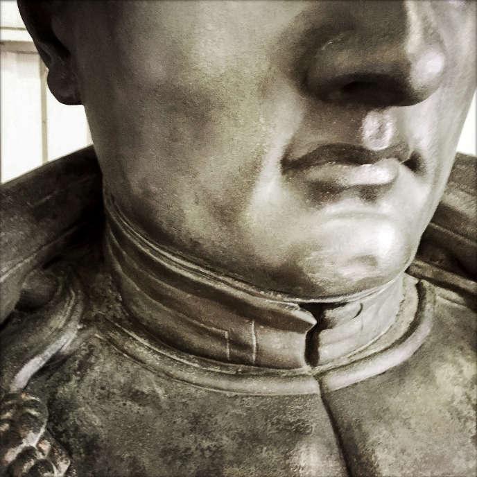 Détail de la statue de Napoléon, réalisée par Charles Marie Emile Seurre en 1833, après sa restauration. Jeudi 2 avril, le restaurateur du Musée de l'armée profitera du grutage de l'oeuvre pour réaliser des prélèvements afin de déterminer si la tête de la statue a été sectionnée lors du siège de Paris par les armées prusses.