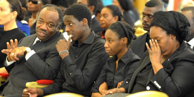 Pascaline Bongo (à droite), Ali Bongo, ministre de la défense devenu président (à gauche) lors des obsèques de leur père, Omar Bongo, le 15 juin 2009.