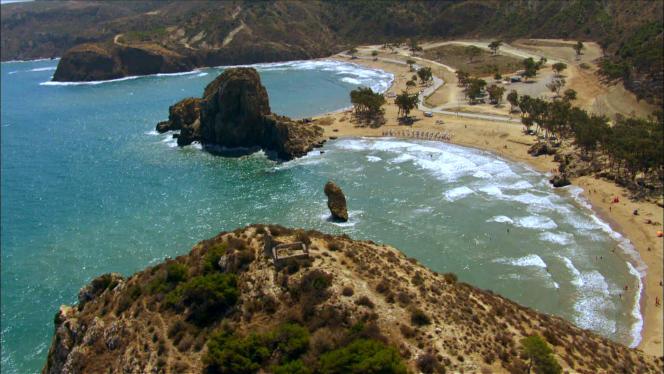 D'Oran à Annaba, les caméras des équipes de «Thalassa» montrent des reliefs lunaires, des falaises époustouflantes, des plages à la Robinson Crusoë et des dunes qui s'étendent à l'infini le long des 1600 kilomètres de côtes séparant le Maroc de la Tunisie.