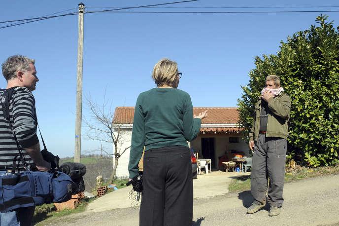 Des journalistes rencontrent le prédicateur Olivier Corel à Artigat (Ariège) en mars 2012.