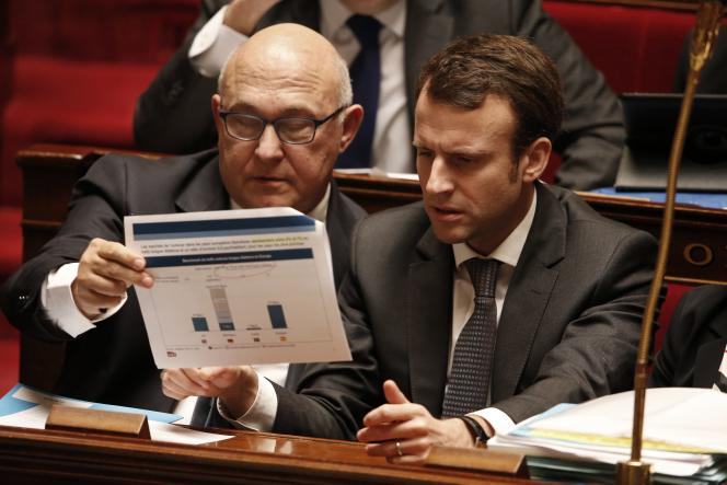 Les ministres des finances, Michel Sapin, et de l'économie, Emmanuel Macron, à l'Assemblée nationale, le 1er avril.