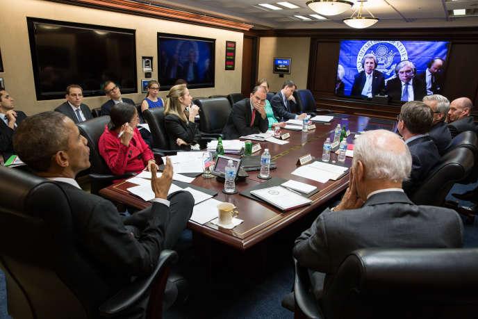 Le président américain, Barack Obama, lors d'une téléconférence à la Maison Blanche avec le secrétaire d'Etat, John Kerry qui se trouvait à Lausanne (Suisse), pour les négociations avec l'Iran, le 31mars 2015.