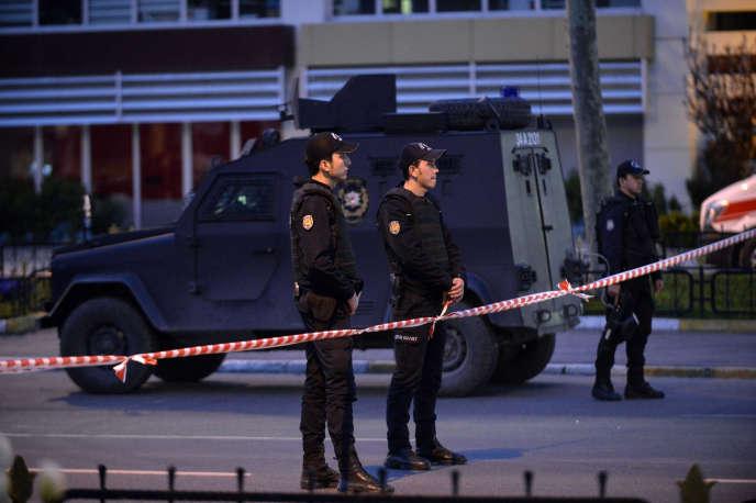 Moins de vingt-quatre heures après la fin de la prise d'otage, une femme était tuée après avoir déclenché une fusillade devant le siège de la police stambouliote, dans le quartier de Fatih.