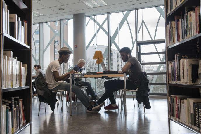 Conserver et diffuser littérature et savoirs ? Bien sûr, mais plus seulement. Les nouvelles médiathèques s'adjoignent une nouvelle mission : miser sur la capacité du livre à nourrir la cohésion sociale. (photo: dans la médiathèque de l'Abbaye-Nelson Mandela de Créteil).
