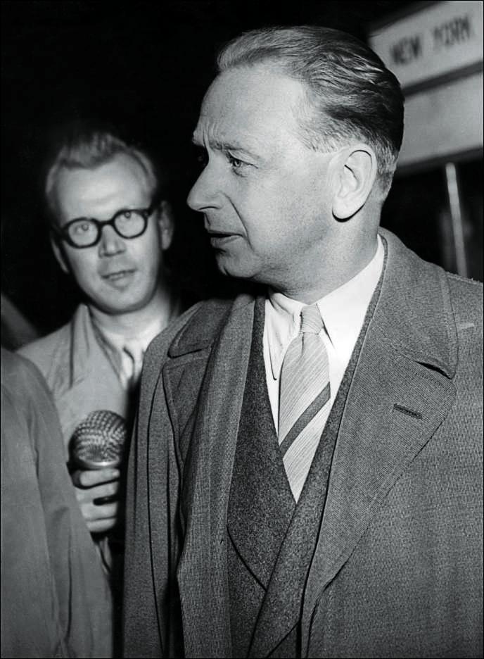 Le Suédois Dag Hammarskjold, ici interrogé par la presse à l'aéroport d'Hambourg (Allemagne), a été secrétaire général des Nations unies entre 1953 et 1961.