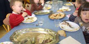 Les repas servis dans les cantines devront comprendre au moins 50 % de produits acquis selon des modalités prenant en compte le coût du cycle de vie du produit, de produits issus de l'agriculture biologique, de ceux bénéficiant de l'écolabel pêche, et encore ceux issus d'une exploitation ayant fait l'objet d'une certification environnementale.