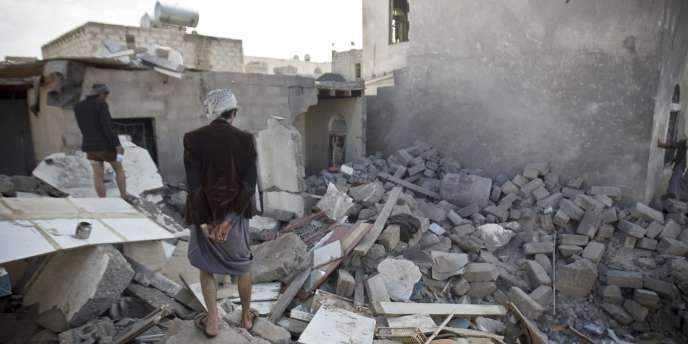 Un Yéménite devant les ruines de sa maison, détruite lors d'un raid aérien de la coalition menée par l'Arabie saoudite, aux abords de la capitale Sanaa, le 31 mars.