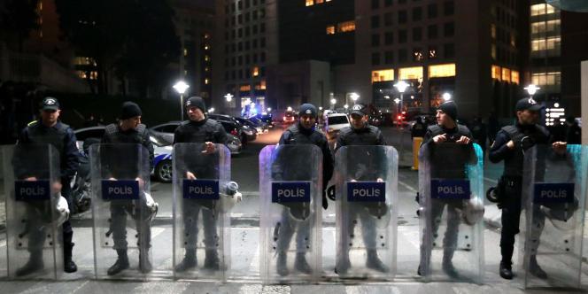 Des policiers dans les rues d'Istanbul, mardi 31 mars au soir.