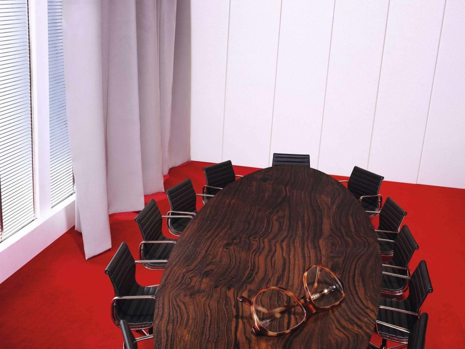Bureau en ébène de Madagascar, Pierre Guariche, 1969, commande du Mobilier national pour la préfecture de l'Essonne (maquette). Aluminium chair, Charles et Ray Eames, 1958, Vitra (miniatures). Lunettes,  E.B. Meyrowitz.