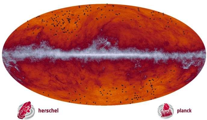 Le ciel vu par Planck. Au centre, le rayonnement du plan de notre galaxie. En haut et en bas, les points noirs représentent les nouvelles sources lumineuses repérées et associées à des proto-amas.