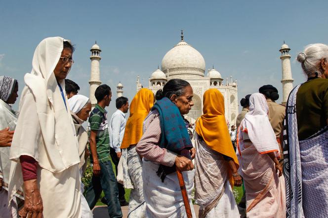 Le 8 mars 2015, à l'occasion de la Journée internationale des droits des femmes, un groupe de 125 veuves a visité le monument pour dénoncer leur statut.