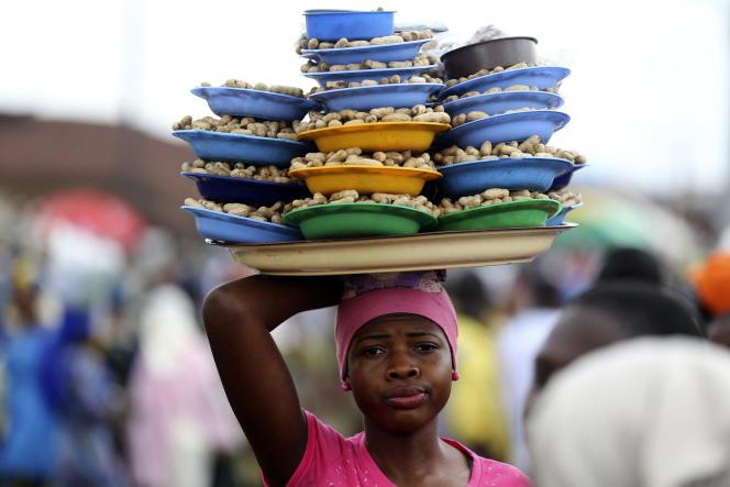 Une vendeuse de pistaches, au Nigéria en 2014.