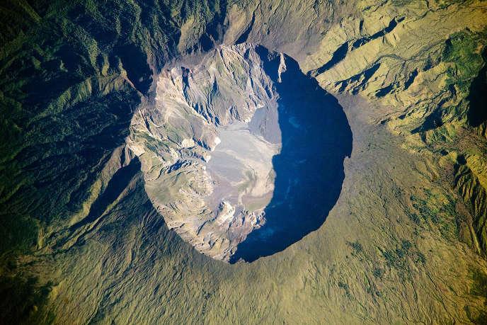 Le sommet du volcan Tambora, en Indonésie, d'après une vue aérienne de la NASA, en 2009.