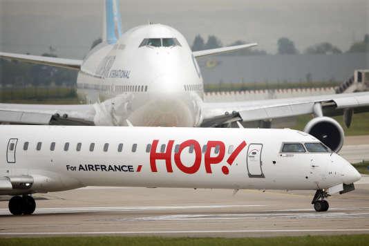 Un avion Hop ! en août 2014 à l'aéroport d'Orly.