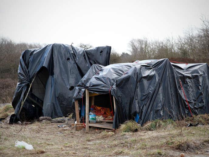 Abri de fortune dans le terrain vague mis àdisposition desmigrants par la ville de Calais.