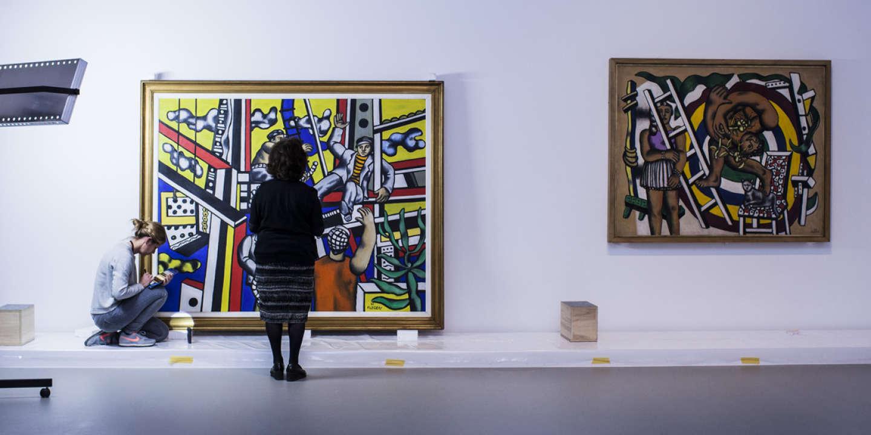 Une oeuvre de Fernand Léger prêtée par le Musée Pouchkine de Moscou est déballée de sa caisse pour l'exposition