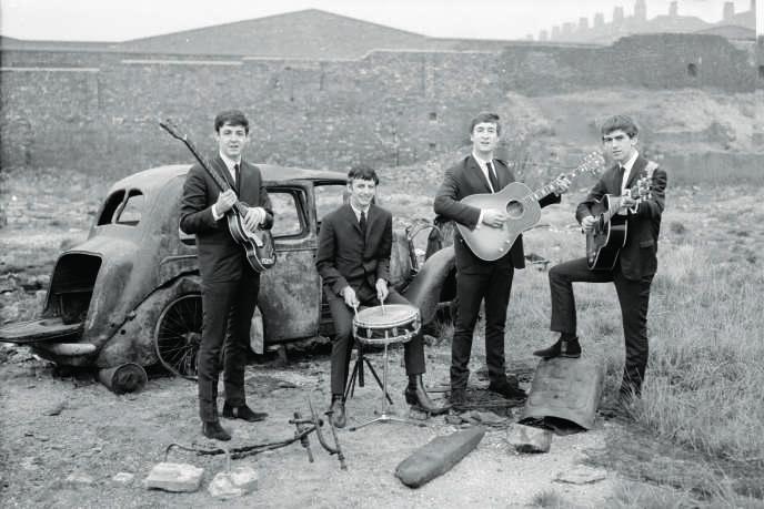 Les Beatles en septembre 1962, près des docks de Liverpool. Leur premier album est à leur image : frais et spontané.