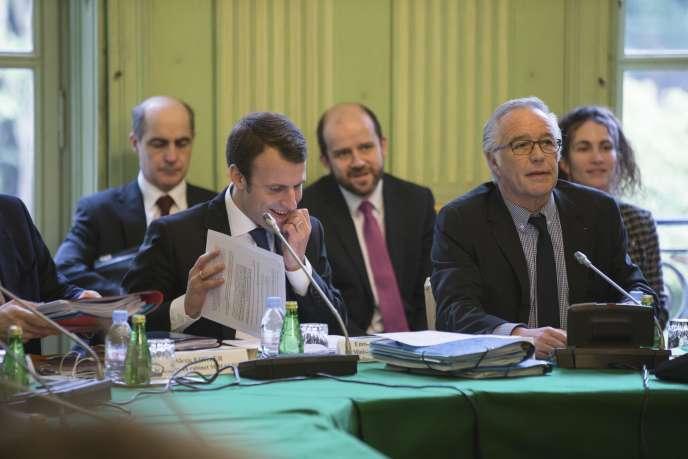 Les ministres Emmanuel Macron et François Rebsamen lors de la conférence sociale, à Paris, vendredi 3 avril.