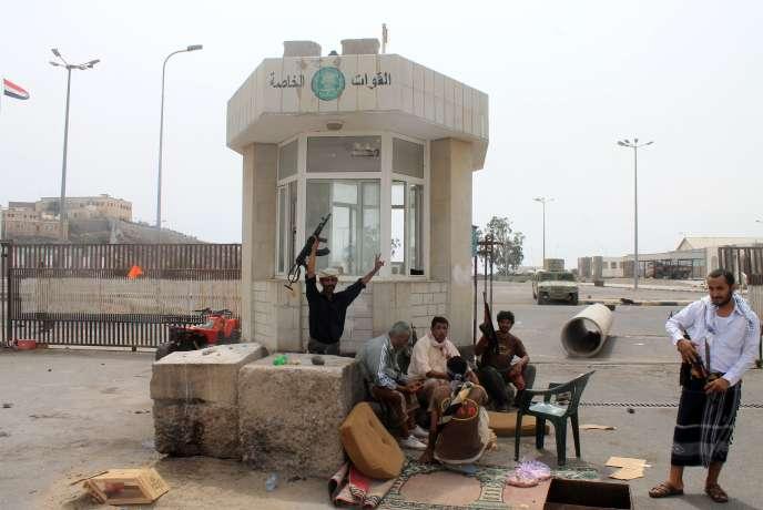 Un supporter des milices chiites houthistes brandit une arme, près d'Aden, deuxième ville du pays. Alors que ces derniers luttent contre le gouvernement, le groupe Al-Qaida profite du chaos.