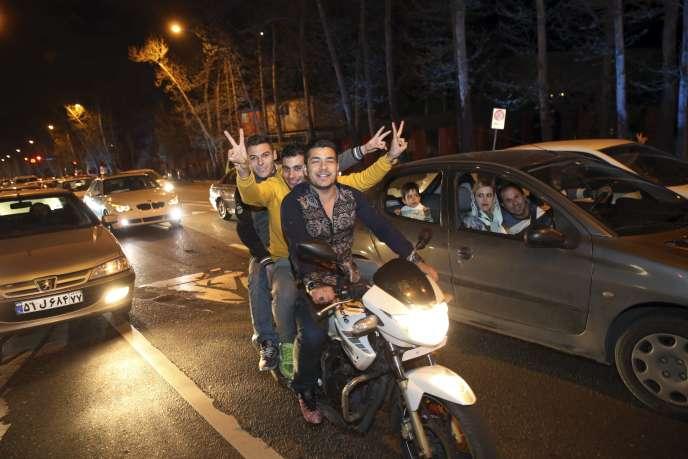 A Téhéran, des Iraniens célèbrent l'accord trouvé à Lausanne, jeudi 2 avril.