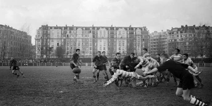 Le demi de mêlée Gérard Dufau, le 30 décembre 1956, en déplacement sur le terrain du Stade toulousain.