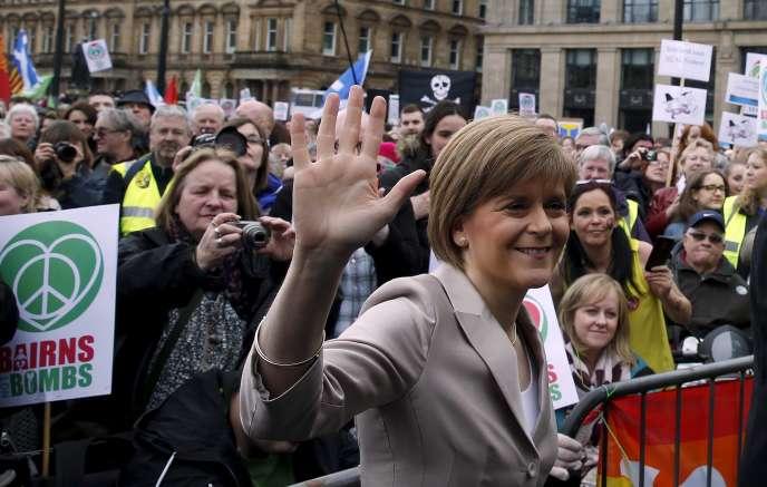 Nicola Sturgeon, la dirigeante du Parti national écossais, félicitée par ses partisans, à Glasgow, le 4 avril, après le succès remporté lors du débat électoral sur ITV, l'avant-veille.