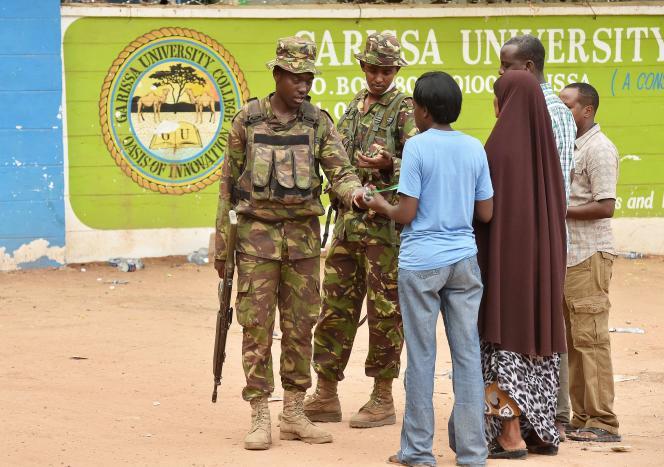 Des militaires kényans à l'entrée de l'université de Garissa, vendredi 3 avril.