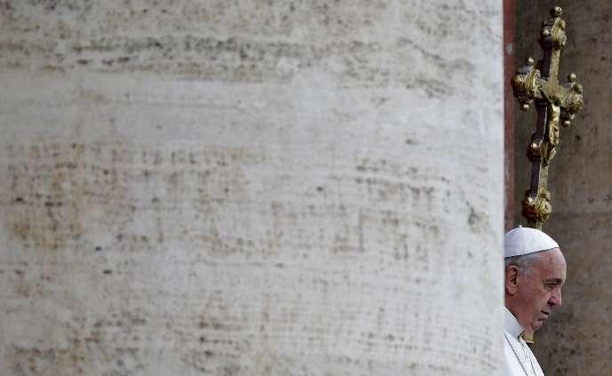 Le pape François prononce son message urbi et orbi depuis la basilique Saint-Pierre, à Rome, le 5 avril.