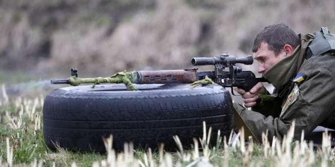 Un soldat loyal à Kiev prend part le 1er avril à un exercice militaire près de Marioupol, où plusieurs accrochages ont fait six morts, dimanche.