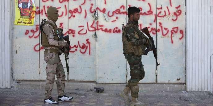 Des miliciens chiites dans Tikrit, le 4 avril.