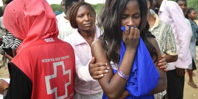 Des étudiants de l'université de Garissa, attendent d'être évacués, le 3 avril.