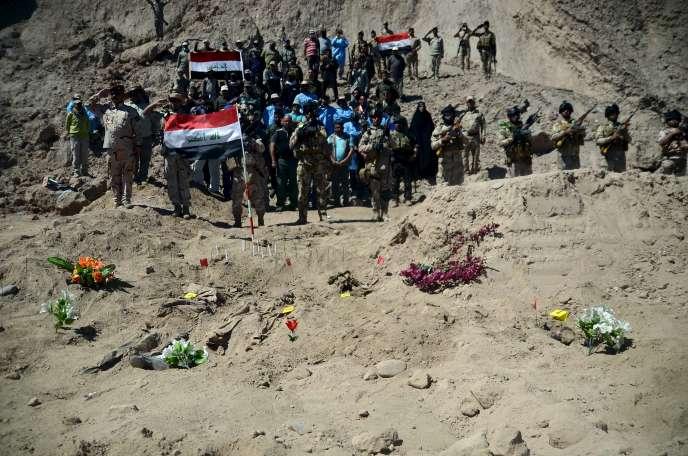 Des soldats irakiens devant le charnier de soldats chiites, le 6 avril 2015.