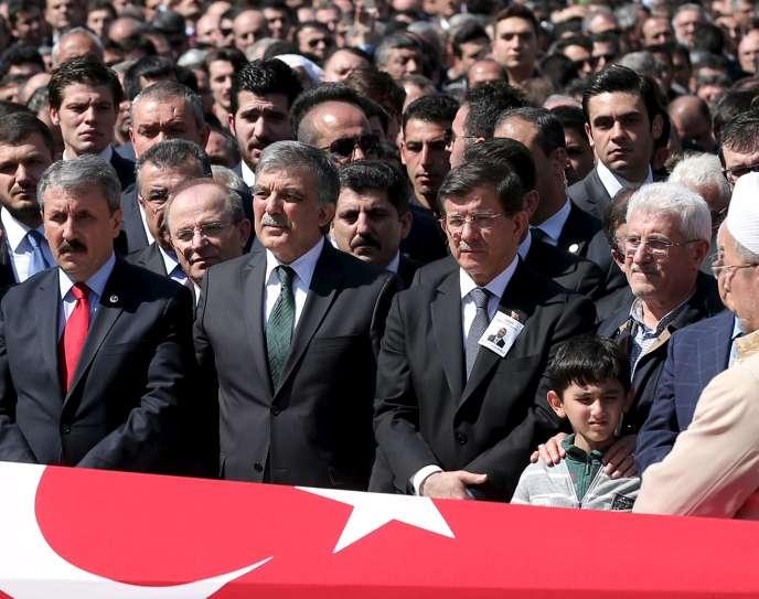 Le premier ministre turc, Ahmet Davutoglu, a interdit aux médias qui avaient diffusé l'image du magistrat de couvrir ses obsèques.