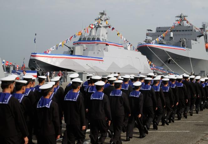Des marins chinois devant la corvette Tuo Chiang, en mars 2015.