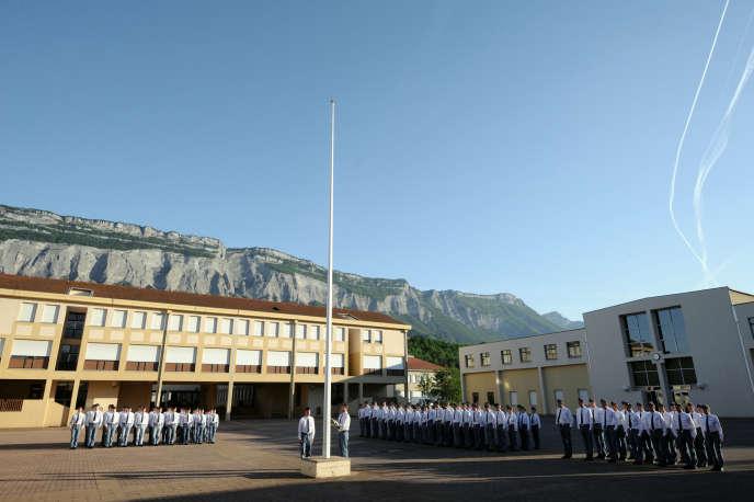 Lever des couleurs dans la cour de l'Ecole des pupilles de l'air en 2011 à Montbonnot-Saint-Martin.