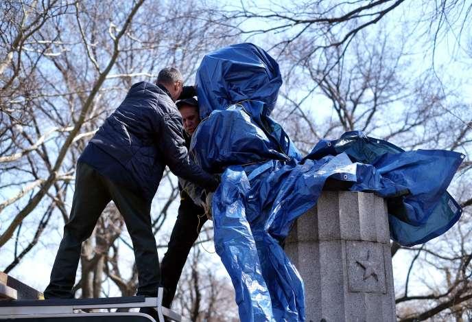 Le buste avait été installé illégalement dans le parc de Fort Greene, à Brooklyn, lundi matin.