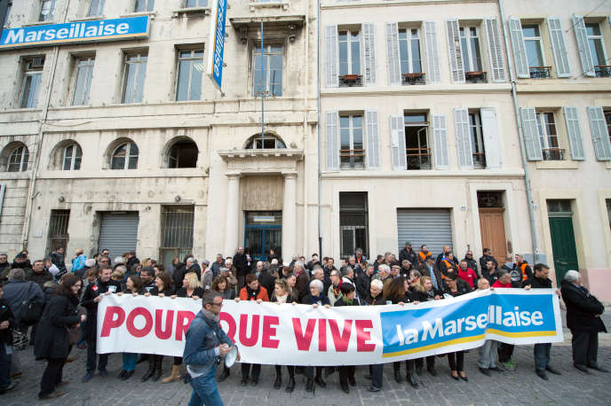 Des journalistes de « La Marseillaise » manifestent devant le siège du quotidien, à Marseille, en mars 2015.
